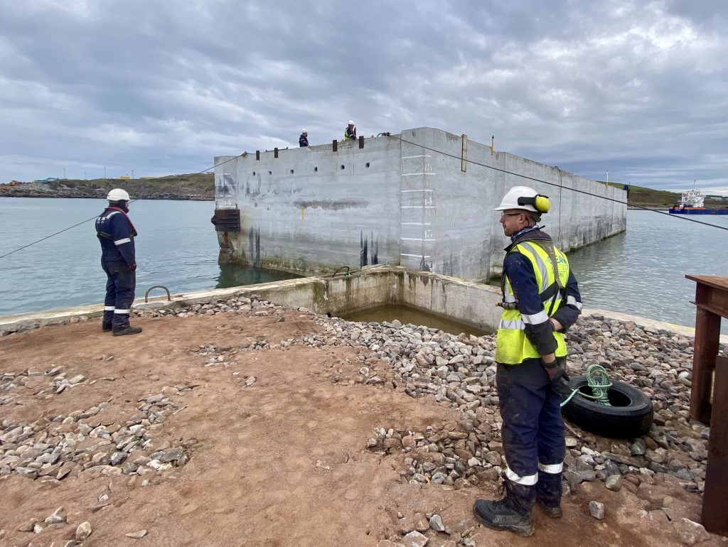 Ocean Kinetics team assist the arrival of the caisson at Aberdeen Harbour
